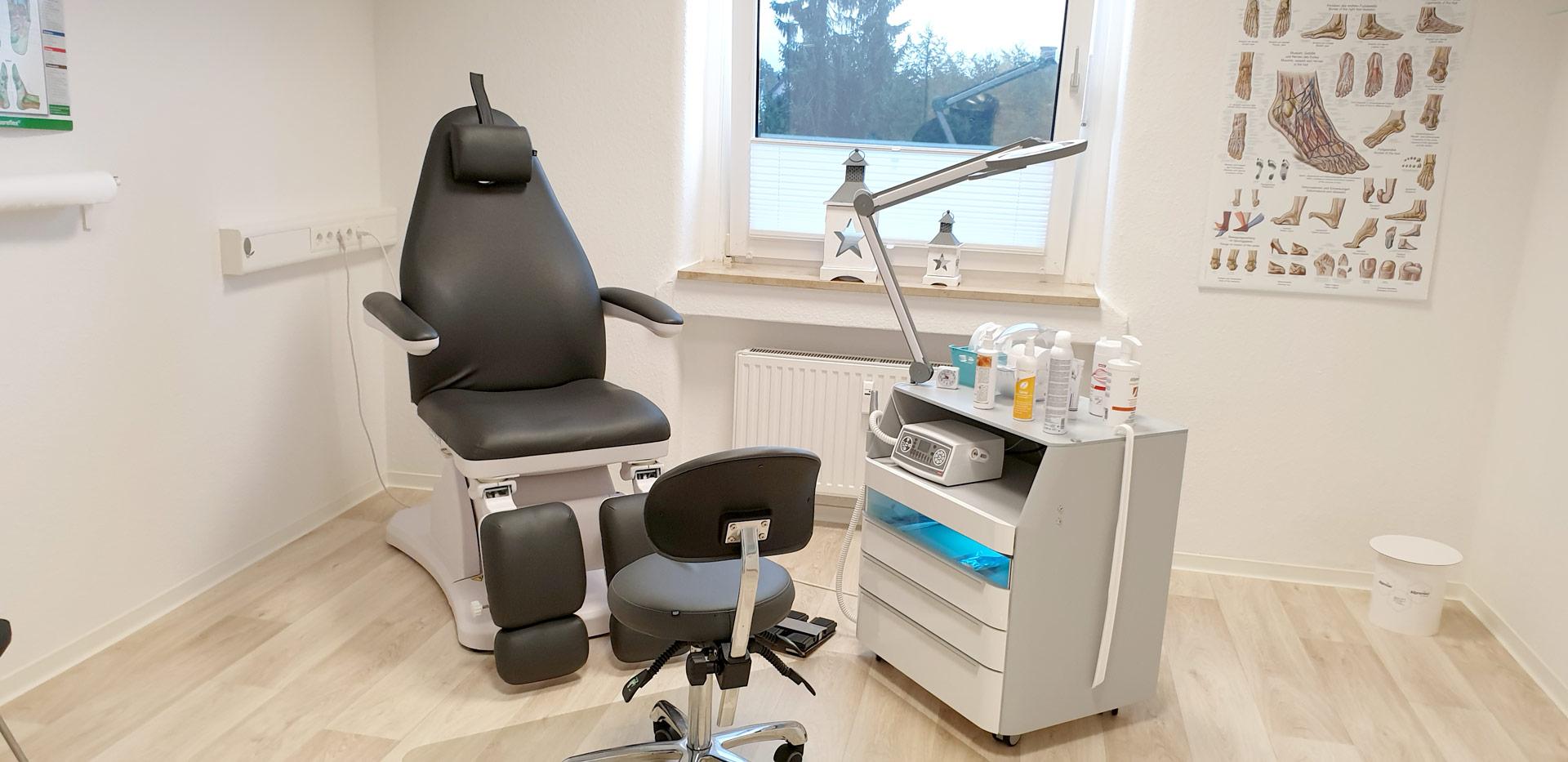 Behandlungszimmer mit Arbeitswagen und Behandlungssessel